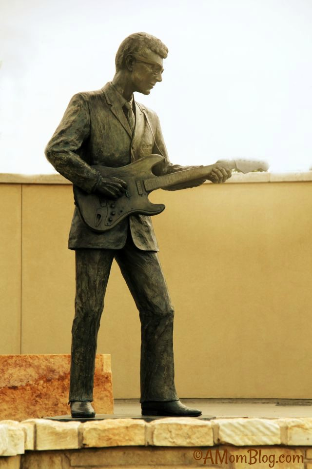 buddy holly statue in lubbock